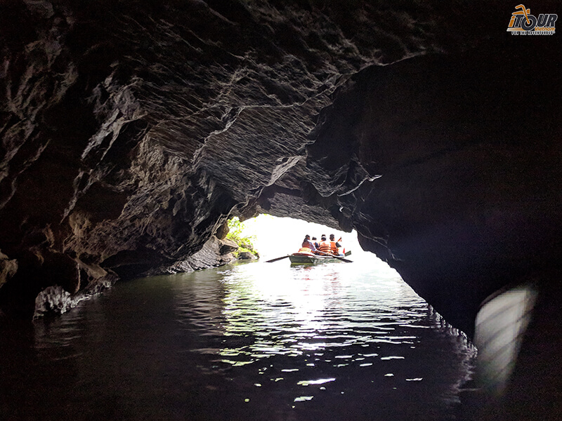 ninh binh boat through cave 2